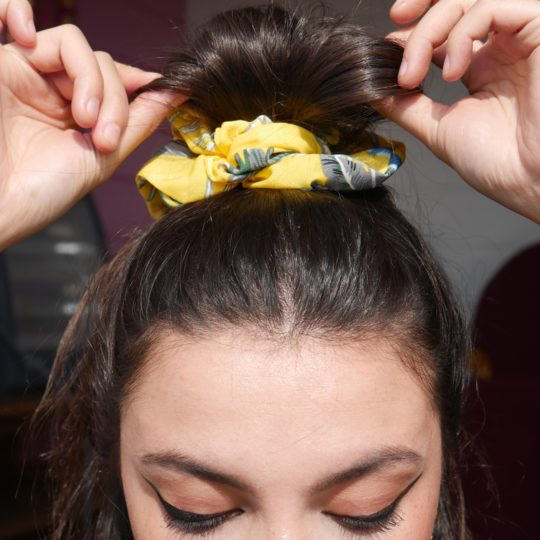 SCRUNCHIE PINEAPPLE YELLOW IN HAAR
