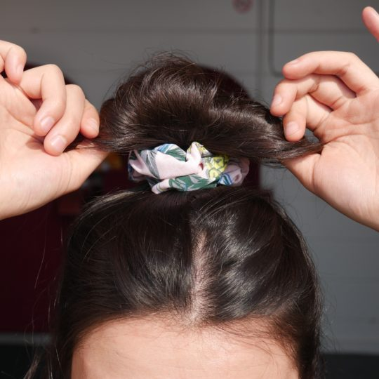 SCRUNCHIE PINEAPPLE PINK IN HAAR I
