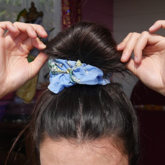 SCRUNCHIE PINEAPPLE BLUE IN HAAR I