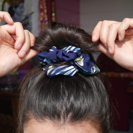 SCRUNCHIE PINEAPPLE DARK BLUE IN HAAR I