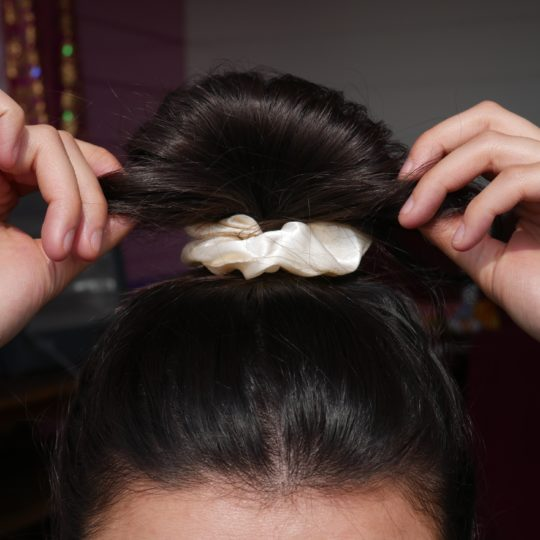 SCRUNCHIE SILK CREME IN HAAR I