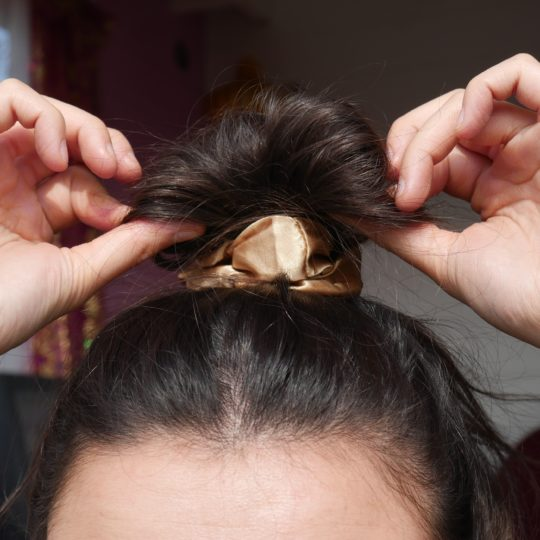 SCRUNCHIE SILK BRONZE IN HAAR I