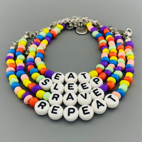 ARMBANDJES KRAALTJES LETTERS EAT SLEEP RAVE REPEAT