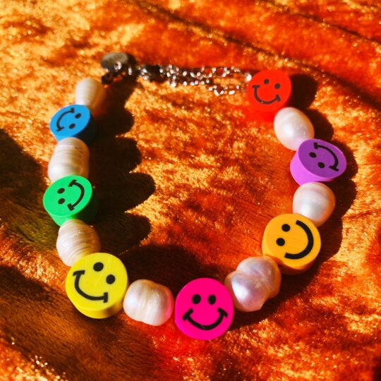 SMILEY ARMBANDJE MET PARELS