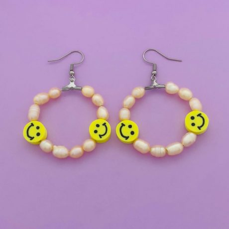 SMILEY OORRINGEN MET ROSE PARELS