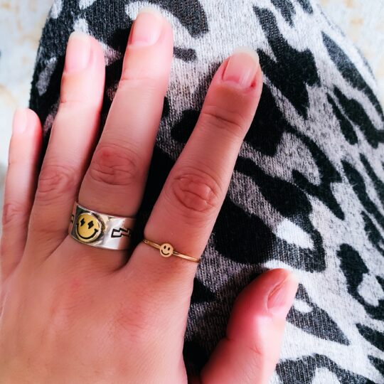 SMILEY RING ROSE GOUD OM VINGER